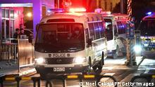 China | Prozess wegen Flucht aus Hongkong | Polizeifahrzeuge vor Gericht