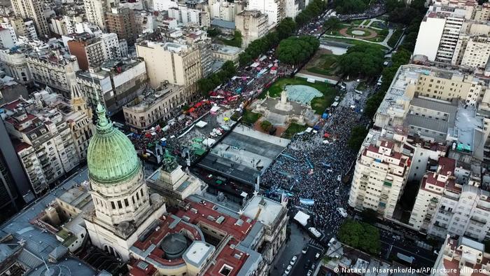 Magníficos edificios a renovar, como el Palacio de Congresos de Buenos Aires, hacen palpable el declive económico. Aquí durante sendas manifestaciones a favor y en contra de la ley del aborto.