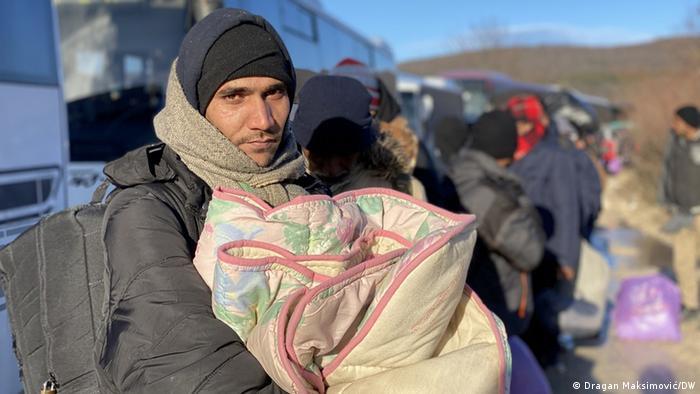 Автобуси за обитателите на изгорелия бежански лагер Липа край Бихач