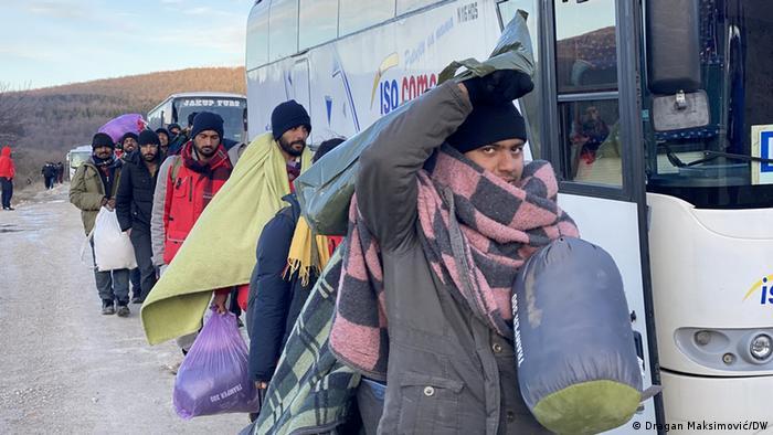 Ukrcavanje migranata iz kampa Lipa u autobuse