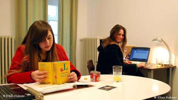 комната в общежитии, две девушки студентки;