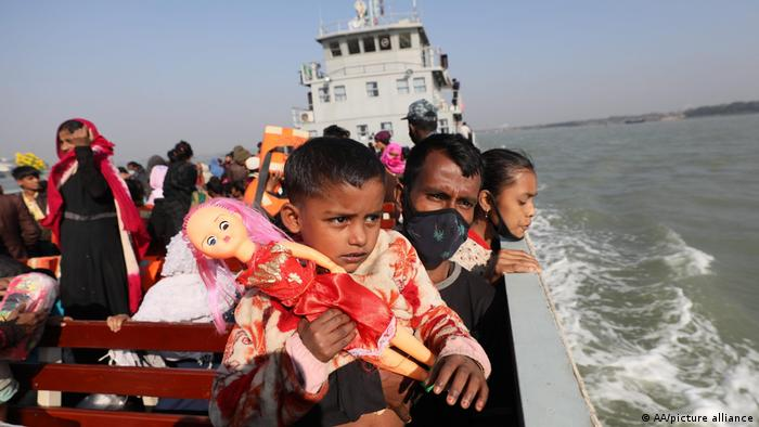 صورة من الأرشيف لعملية نقل سابقة للاجئين من الروهينغا إلى جزيرة نائية