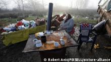 Kroatien l Nach dem Erdbeben - Frau sitz in den Ruinen ihres Hauses