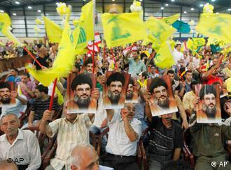 طرفداران حزب الله − پوستر رهبرشان سید حسن نصرالله را در دست دارند
