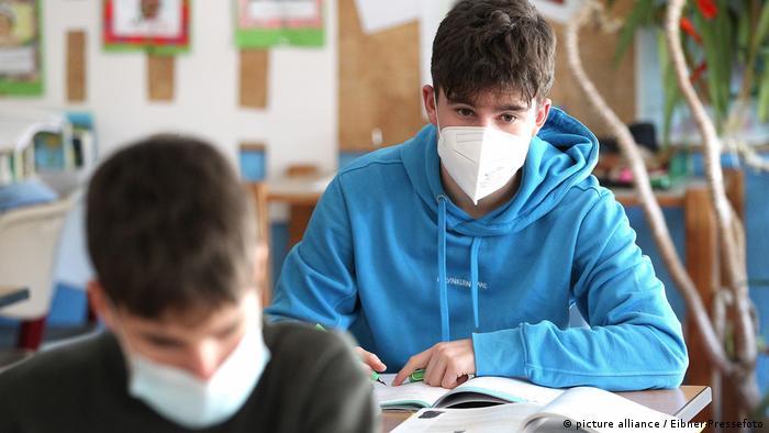 FFP2 maskesi ile ders yapan öğrenciler