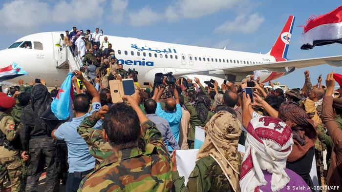 Pessoas se aglomeram diante de avião durante desembarque no Iêmen