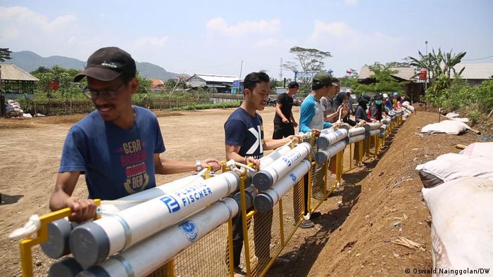 Relawan lokal ikut membantu progam Citarum Harum