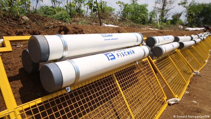 Trash Booms buatan Plastic Fischer dari bahan kawat dan pipa.