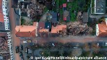 Zerstörte Häuser stehen in der erdbebengeschädigten Stadt Petrinja (Luftaufnahme). Starke Nachbeben erschütterten am Mittwoch weiterhin das Zentrum Kroatiens, einen Tag nachdem ein Erdbeben der Stärke 6,4 Städte und Dörfer etwa 50 Kilometer südöstlich der Hauptstadt Zagreb verwüstet hatte, wobei mindestens sieben Menschen getötet und Dutzende verletzt wurden.