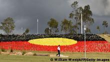 Australien | Kunstinstallation Sea of Hands | Farben der Flagge der Aborigines (rot, gelb, schwarz)