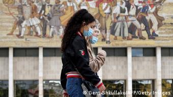 Βόλτα με προστατευτική μάσκα στα Τίρανα