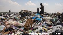 23/07/2020*** Müllsammler arbeiten auf einer Mülldeponie am Rande der mexikanischen Hauptstadt. Etwa 700 Müllsammler sind von sieben Uhr morgens bis neun Uhr abends auf der Mülldeponie im Einsatz. Ein Teil Abfälle stammt aus Krankenhäusern, in denen Covid-19-Patienten behandelt werden.