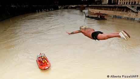 """Đuzepe Palmulji se bliži sedamdesetoj godini, ali je i dalje prvi čovek koji u novoj godini skače u Tibar sa Kavurovog mosta u Rimu. Taj let od 18 metara Palmulji izvodi svakog prvog januara već duže od tri decenije. Nadimak """"Mister OK"""" je nasledio od prethodnika Rika de Sonaja, ekscentričnog Belgijanca koji je 1946. počeo tradiciju novogodišnjeg skoka u Tibar, i činio to do osamdesetih godina."""