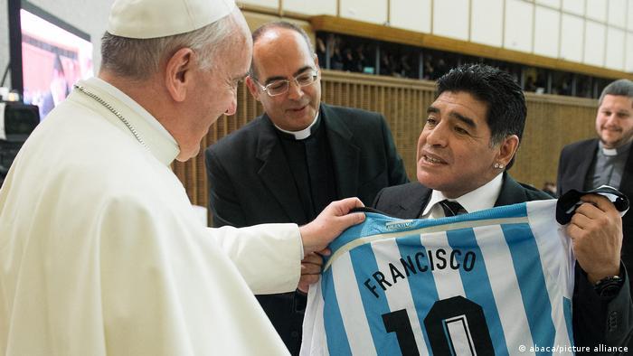 Vatikan Papst Franziskus und Maradona mit Fußball-Trikot