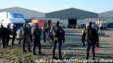 ©PHOTOPQR/OUEST FRANCE/Marc OLLIVIER ; Lieuron ; 02/01/2021 ; Rave-party en Ille-et-Vilaine. Ce samedi matin, à la sortie de la rave-party de Lieuron, des contrôles de gendarmerie ont eu lieu. Une cinquantaine de gendarmes mobiles ont investi le site et interpellé les derniers occupants. - Lieuron (in Brittany); 12/31/2020; Hundreds of revelers gathered south of Rennes this Thursday evening, during a rave party for New Years Eve on December 31, 2020. This kind of party was strictly prohibited due to the curfew due to the health crisis coronavirus
