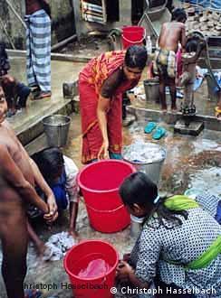 Perempuan di Bangladesh sedang mencuci pakaian