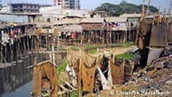 In den Slums von Dhaka ist Wasser eine Brutstätte von Krankheiten