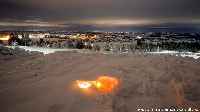 Sveća u snegu za žrtve u selu Ask, 25 kilometara od Osla. Ovde je 30. decembra klizište odnelo kuće i ostavilo duboki krater. Do 3. januara su pronađena četiri beživotna tela, još šest osoba se vodi kao nestalo. Jedino biće spašeno živo bio je jedan pas dalmatinac. Zvaničnici kažu da ovako brzo i veliko klizište u Norveškoj nije viđeno od 1893. godine. Evakuisano je preko hiljadu ljudi.