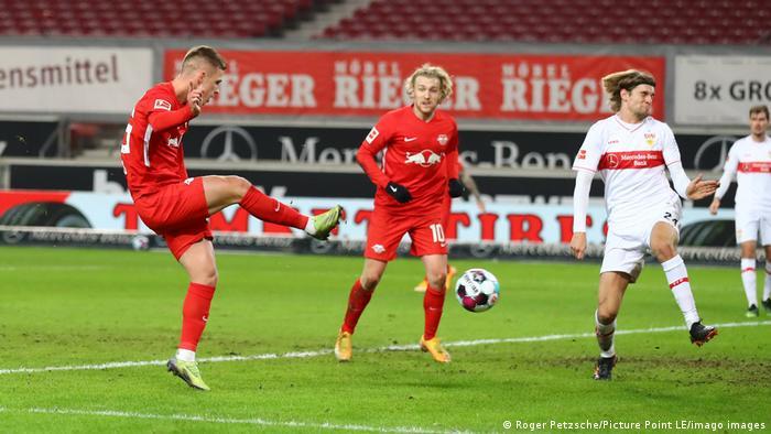 Con tanto del español Dani Olmo (izquierda de la foto) en el minuto 67, el Leipzig se había trepado hasta la primera posición de la tabla momentáneamente hasta que el Bayern goleó al Mainz y mantuvo su liderato. En la segunda plaza, el Leipzig está solo dos puntos abajo de los bávaros en la tabla de clasificación, con 31.
