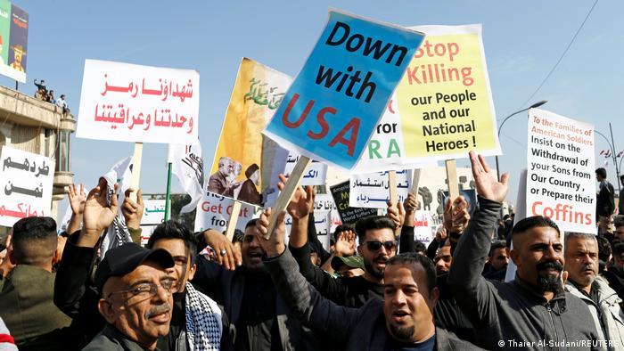 Foto de manifestantes en Bagdad con rótulos que dicen Abajo USA