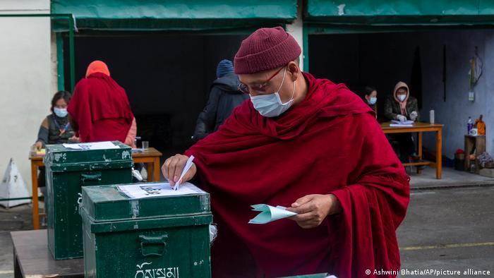 Indien Dharmsala | Tibetanischer Mönch gibt Stimme für Parlamentswahl ab