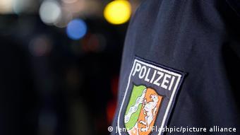 Полицейский с шевроном федеральной земли Северный Рейн-Вестфалия