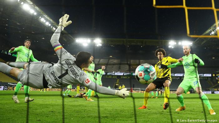 El Borussia Dortmund derrotó al Wolfsburg con goles del central suizo Manuel Akanji y del centrocampista inglés Jadon Sancho, con lo que el rival del Sevilla en octavos de final de la Liga de Campeones vuelve a estar entre los cuatro primeros de la Bundesliga. En la imagen, Akanji anota el primer tanto.