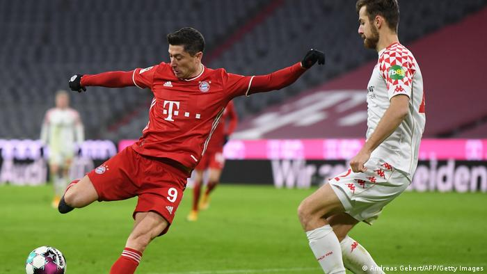 Robert Lewandowski has a shot against Mainz