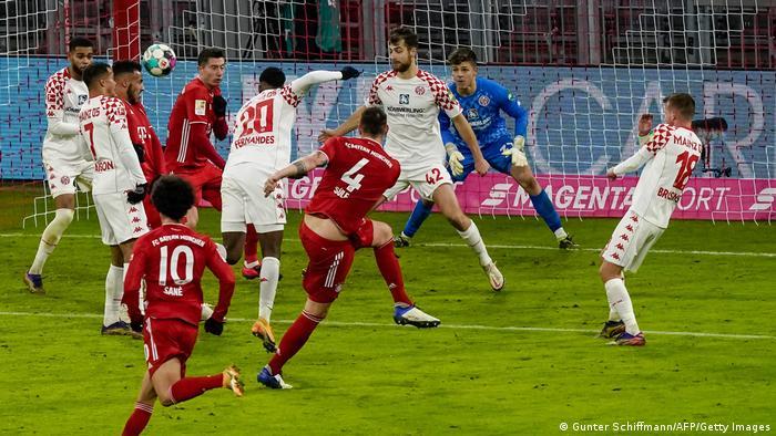 Después de irse al descanso abajo 2-0, el Bayern remontó con cinco goles consecutivos, los dos últimos de la estrella polaca Robert Lewandowski, quien con 19 tantos sigue liderando la tabla de goleadores de la Bundesliga, nueve por encima del segundo, el noruego Erling Haaland, del Dortmund.
