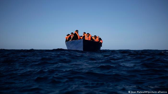 Mittelmeer Libyen | NGO Open Arms hilft Migranten im Boot