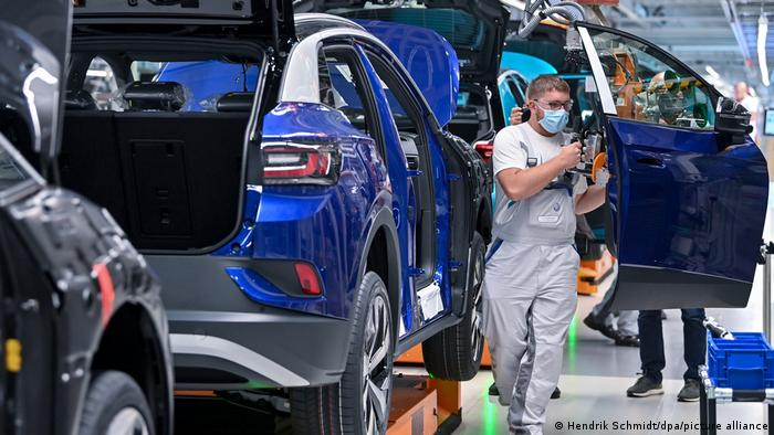 Zdaniem ekspertów producenci aut muszą mocniej skupić się na oprogramowaniu. Na zdjęciu fabryka VW w Zwickau
