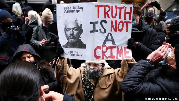 Gente manifestándose a favor de la puesta en libertad de Julian Assange en Londres.