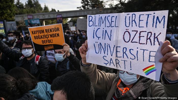 """""""Prinudni rektore, odlazite sa Bosforskog univerziteta"""" – to je jedan od najčešćih slogana na demonstracijama"""