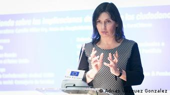 Camilla Hillier-Fry speaking to an audience of the EuroCitizens group.