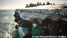 Migranten an Bord der spanischen NGO Open Arms