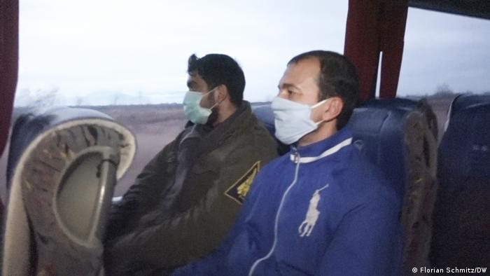 Zakarias (left) and Saleh Rosa (right) on the bus from Thessaloniki to Kastoria | Photo: DW/F. Schmitz