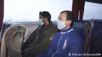 Закариас и Салех Роса в автобусе по пути в Касторию