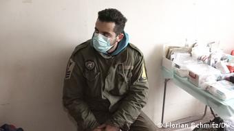 Ο Ζακαρία, μετανάστης από το Μαρόκο, δέχεται ιατρική φροντίδα στο Wave Center στη Θεσσαλονίκη