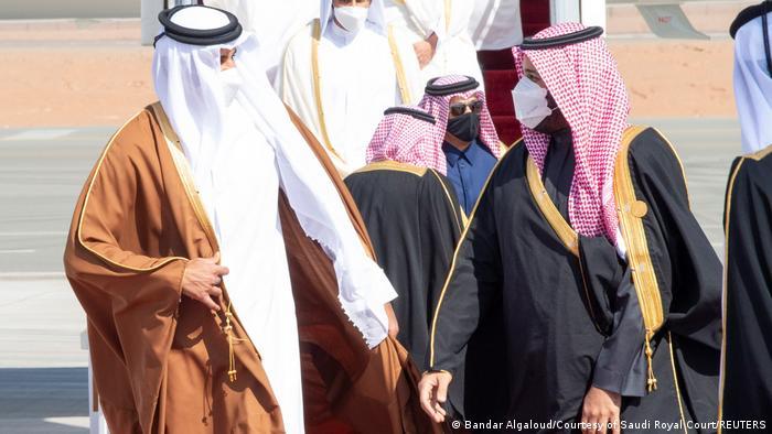الأمير محمد بن سلمان لدى استقباله أمير قطر الشيخ تميم بن حمد آل ثاني، في مطار مدينة العلا (5 يناير/ كانون الثاني 2021)