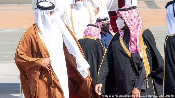 Mohamed bin Salman, heredero de la corona de Arabia Saudí, y Tamim bin Hamad al Zani, emir de Catar, se saludan a la llegada a la cumbre de países del Golfo Árabe.