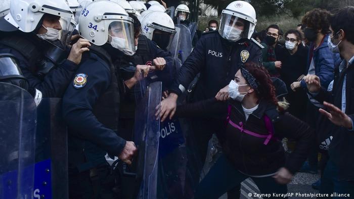 جانب من احتجاجات الطلبة في إسطنبول.