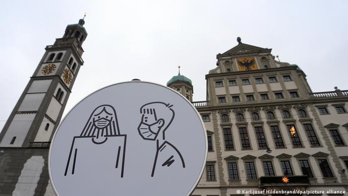 Знак об обязанности ношения масок в центре одного из городов Германии