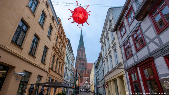 Deutschland I Coronavirus-Darstellung über leerer Einkaufsstraße in Schwerin