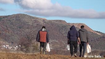 Ελληνοαλβανικά σύνορα: μετανάστες από την ελληνική πλευρά των συνόρων ετοιμάζονται να περάσουν στην Αλβανία