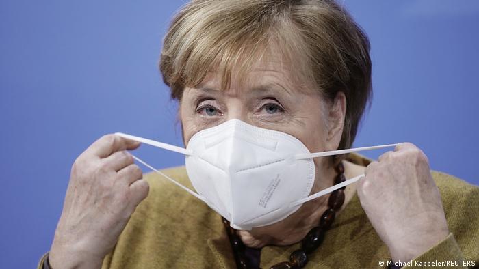 Angela Merkel se pone el tapabocas, en una imagen reciente.