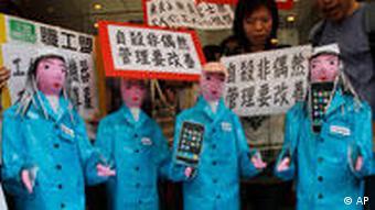 Protestplakate und Papp-Figuren mit Handys. (Foto: AP)