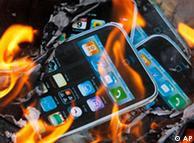 brennende i-phone-Plakate (Foto: AP)