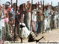Somalische Flüchtlinge an einem Zaun in einem Lager im Jemen (Foto: dpa)