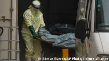 Brasilien | Gesundheitspersonal entfernt die Leiche eines COVID-19-Opfers aus einem Container