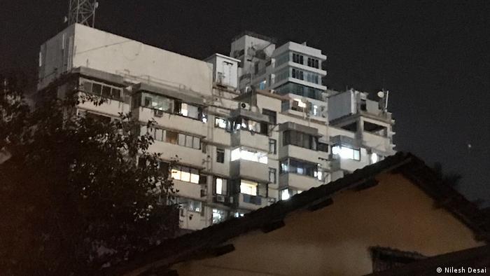 Hochhaus, das bei Nacht von Scheinwerfern hell erleuchtet ist